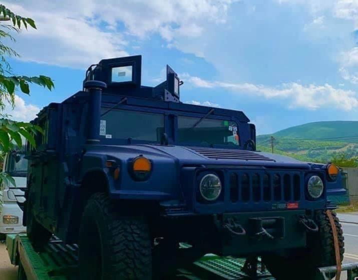 Pamje – Arrijnë në Kosovë mjetet e blinduara të Ushtrisë të blera në Amerikë