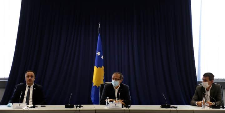 """Kryeministri Hoti bashkë me zëvendëskryeministrin Selmanaj takojnë sindikatën e punëtorëve të IKG """"Ballkani"""" të Suharekës"""