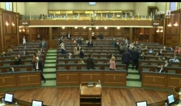 Tensione e fjalosje në mes të deputetëve të VV-së e LDK-së, seanca ndërpritet për 10 minuta