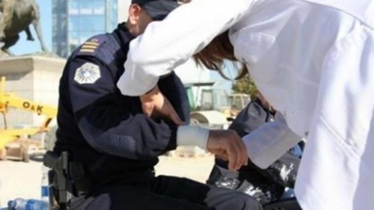 Gruaja nuk kishte maskë, godet policin dhe arrestohet