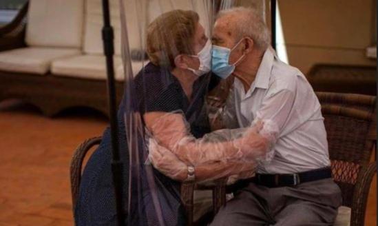 I ndau koronavirusi, vjen momenti i veçantë: Çifti i të moshuarve ritakohen pas 102 ditësh