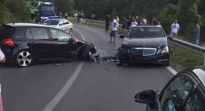 Aksident trafiku në rrugën Gjilan-Prishtinë, përplasën dy vetura
