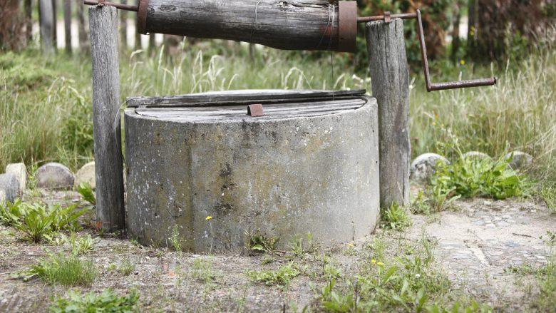 Vdes një femër, bie në bunar