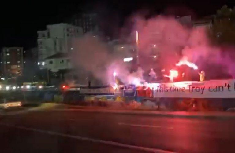 """""""Dardanët"""" i presin me fishekzjarrë heronjtë e Kosovës para ndeshjes me Greqinë"""