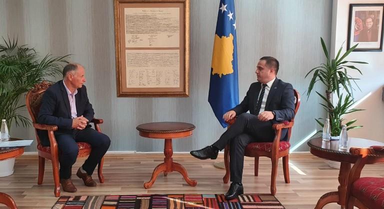 Zëvendëskryeministri Selmanaj priti në takim përfaqësues nga Qendra e Biznesit në Suharekë