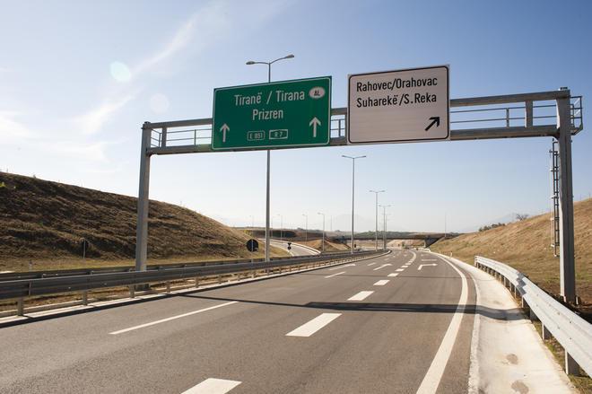 Hyn në kahjen e kundërt, shkakton aksident në hyrje të autostradës në Reshtan