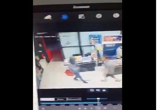 I armatosur hyn në një market në Prishtinë për të vjedhur, shikoni si frikësohet nga konsumatori trim