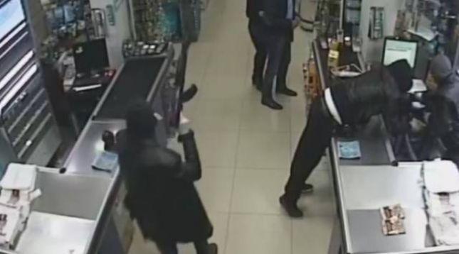 Katër persona të maskuar grabisin në një market në Prizren