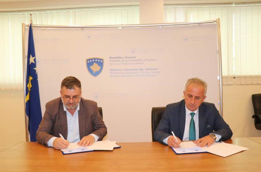 """Muharremaj dhe Kuçi, nënshkruajnë marrëveshje për bashkëfinancim të projektit """"Furnizim me paisje të TI për shkollat e mesme"""""""