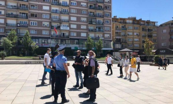 Policia shqiptoi 1273 tiketa për qytetarët që shkelën ligjin anti-COVID-19 në 24 orët e fundit