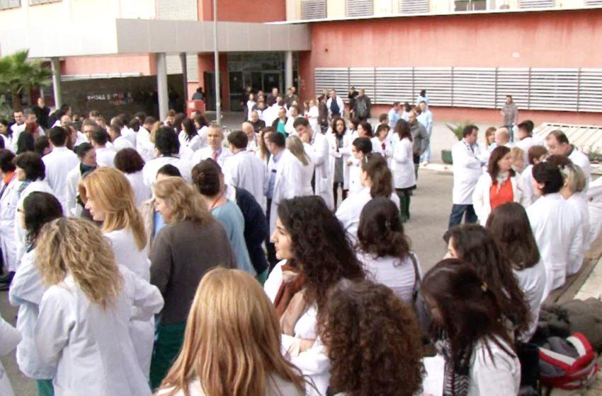 """""""Na quajtët heronj, andaj mos na vrisni"""", mjekët dhe infermierët protestojnë"""