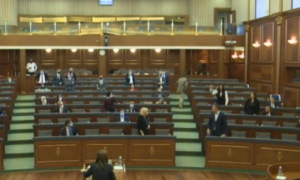 Eskalon situata në Kuvend: Mimoza Kusari dhe Arben Gashi cohën në këmbë e përplasen