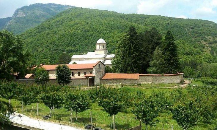 Kryeministri Hoti: Arrihet marrëveshja për përdorimin e rrugëve që kalojnë nëpër Zonën e Veçantë të Mbrojtur të Manastirit të Deçanit