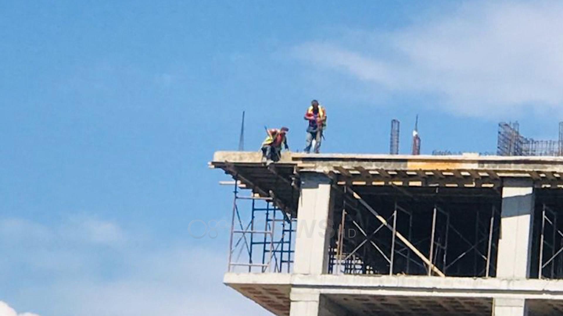 Bie nga një ndërtesë punëtori i ndërtimtarisë në Fushë Kosovë