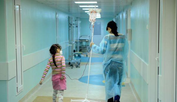Shërimi jashtë vendit shpresa e vetme, s'ka kush të punojë në spitalin për fëmijë që e po ndërton Kosova