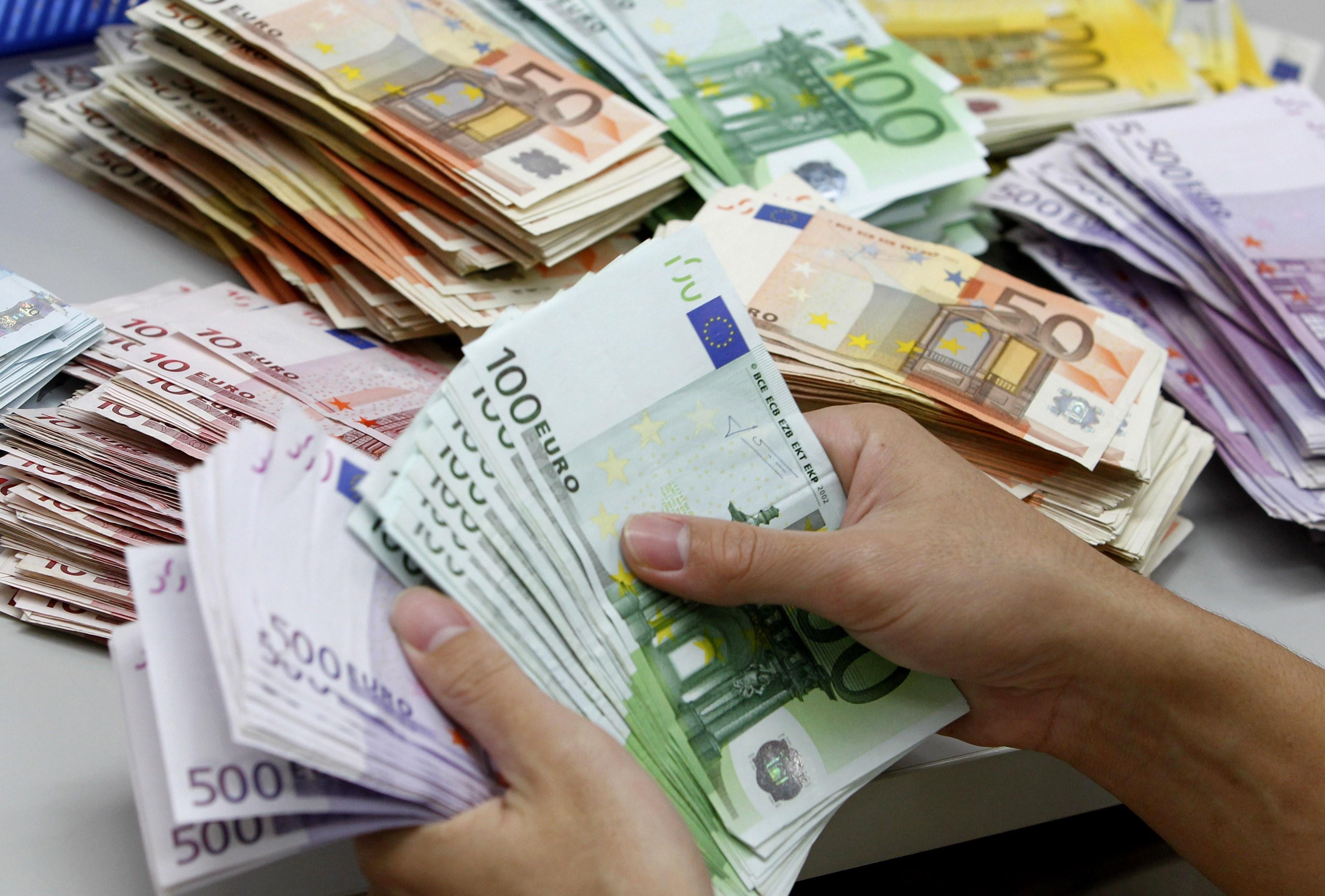 Diaspora thyen rekord — Rreth 700 milionë euro hyjnë në Kosovë, 11% më shumë se vjet