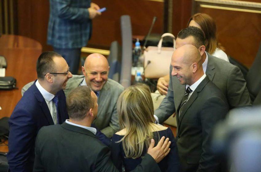 Lista Serbe paralajmëron votimin e mocionit të Vetëvendosjes për rrëzimin e Qeverisë Hoti
