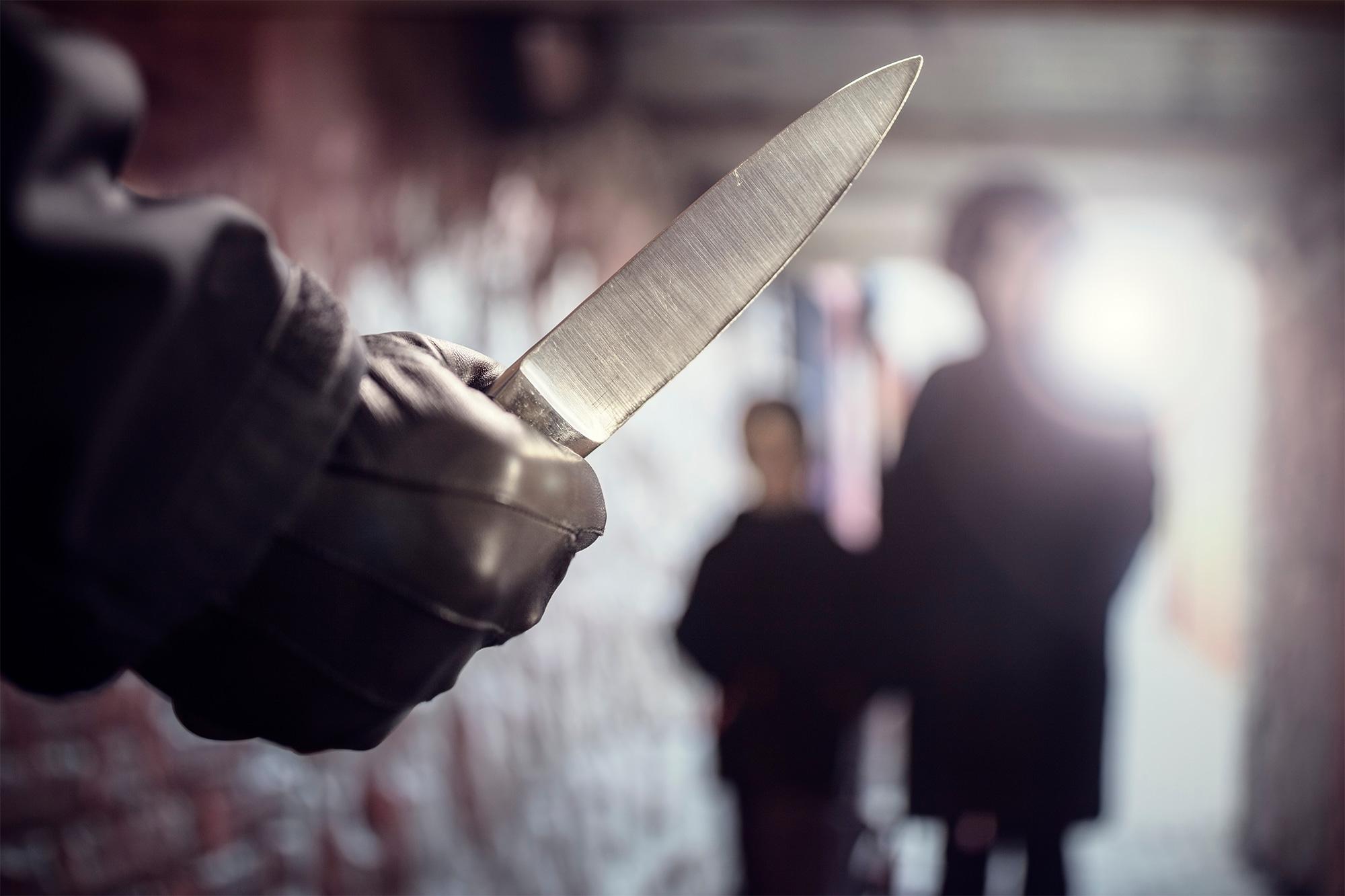 Therret me thikë një nxënës i shkollës fillore