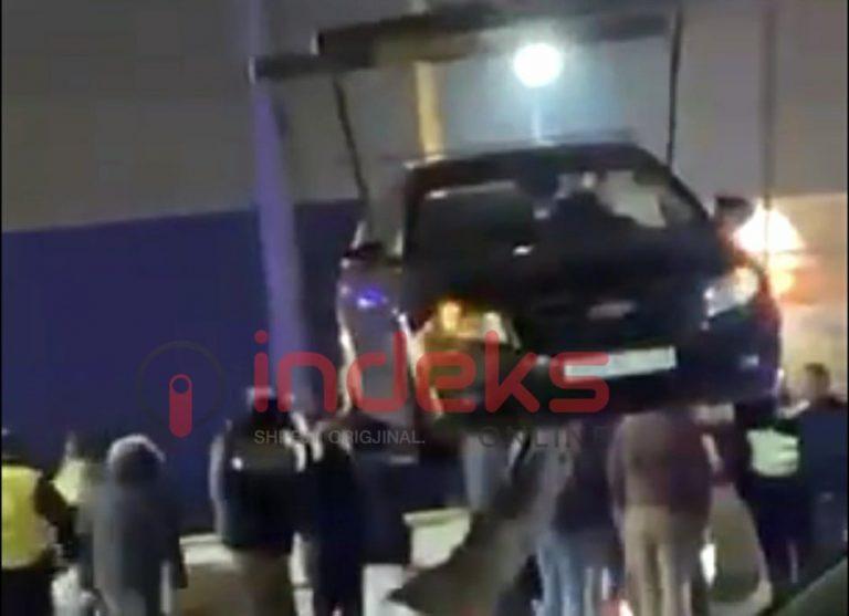 Aksident në dalje të Prishtinës, dy vetura hyjnë në një furrë buke