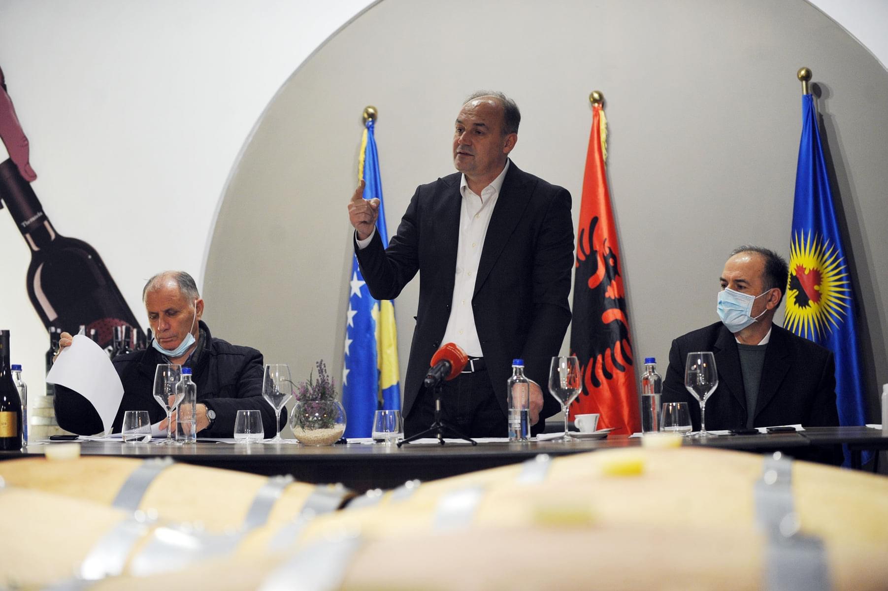 Enver Hoxha takohet me shoqatën e bizneseve në Suharekë