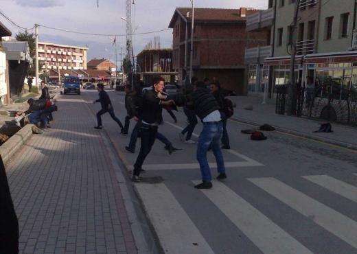 Suharekë, rrahje mes 7 përsonave, policia konfiskon një revole dhe arreston 4 të dyshuar
