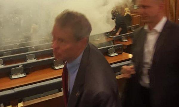 Pamjet në DC ia kujtuan Kuvendin e Kosovës, momenti kur Delawie iku nga gazi lotsjellës