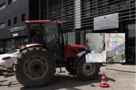 Një ditë pas skandalit të madh korruptiv, një fermer proteston me traktor para Ministrisë së Bujqësisë