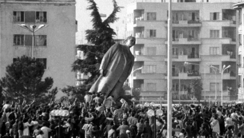 30 vjet nga rrëzimi i bustit të Enver Hoxhës