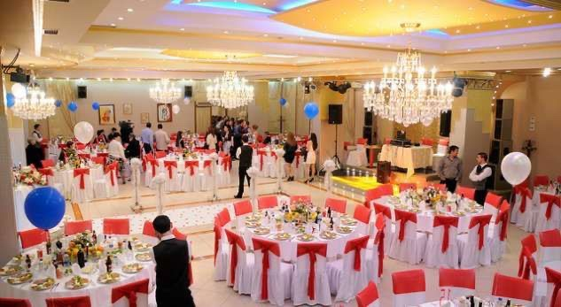 Infermierë në hyrje të sallave– Kështu pritet të organizohen dasmat në Kosovë
